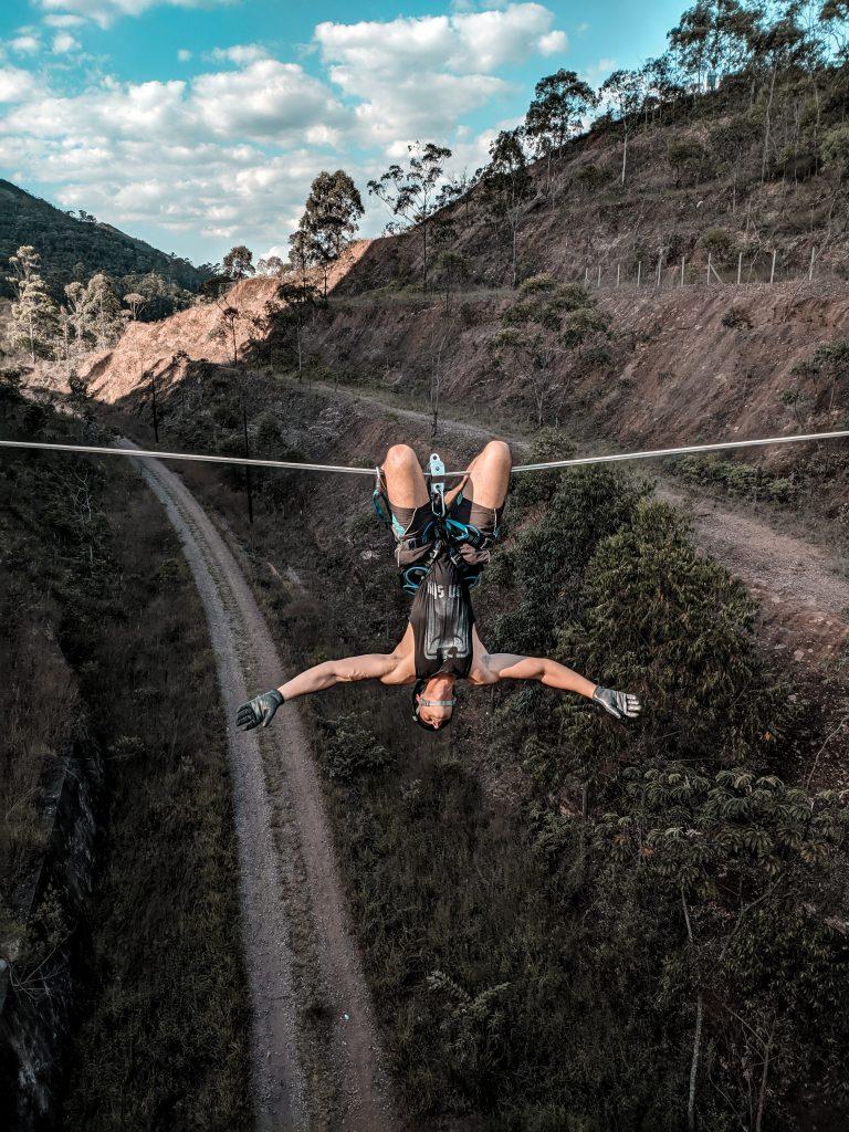 Egy ember lóg fejjel lefelé egy kötélről a szakadék felett