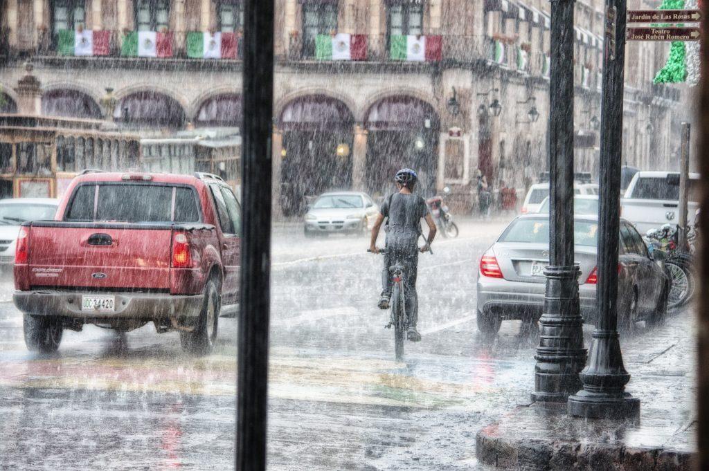 Egy forgalmas város zúduló esőben